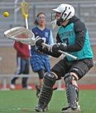 Retén del portero del lacrosse de las muchachas Fotos de archivo libres de regalías