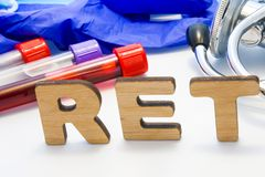 RET abbreviature手段与实验室管的Reticulocyte计数有血液和听诊器的 使用在实验室临床diagn的首字母缩略词RET 免版税库存图片