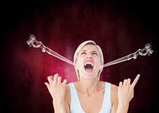 reta upp den unga kvinnan som ropar med ånga på öron svart pink för bakgrund Arkivfoton