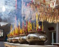 Reta upp sticks i ett buddistiskt tempel i Vietnam royaltyfria bilder