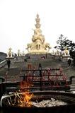 Reta upp vid trappan till den guld- buddhaen av emeishan, porslin Arkivfoton