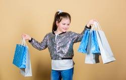 retail Wakacyjny zakupu oszcz?dzanie Rozochocony dziecko Ma?a Dziewczynka Z prezentem Sprzeda? rabaty Moda i styl klient zdjęcie royalty free