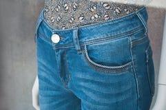 Retalho do ` azul s de brim em uma loja da compra da forma das mulheres Imagens de Stock Royalty Free