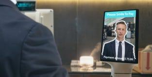 Retalho esperto em conceitos de mercado da tecnologia futurista do iot, aplicação do recognite da cara do uso do cliente a entrar fotos de stock