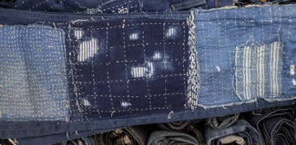 Retalhos das calças de brim em calças de brim fundo, retalhos da sarja de Nimes Imagem de Stock