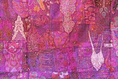 Retalhos do índio Quadrados coloridos bordado da Índia Fundo oriental indiano roxo do lilás colorido brilhante do rosa imagem de stock