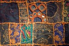 Retalhos retros no tapete feito a mão do algodão velho Os testes padrões na textura da cobertura do vintage surgem com flores Imagens de Stock