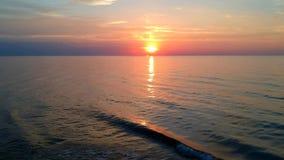 Retarde a mosca para trás no sentido do por do sol no horizonte de mar vídeos de arquivo