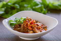 Retarde o guisado de carne cozinhado com vegetais, refeição saudável Imagens de Stock