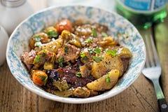 Retarde o ombro cozinhado do cordeiro com cenoura, alho-porro e batata Imagens de Stock
