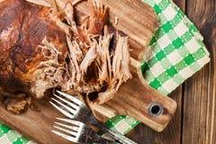 Retarde o ombro de carne de porco puxado cozinhado imagens de stock royalty free