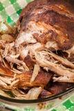 Retarde o ombro de carne de porco puxado cozinhado com cebola e alho imagem de stock