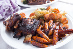 Retarde reforços cozinhados com massa caseiro e os vegetais grelhados Fotos de Stock Royalty Free