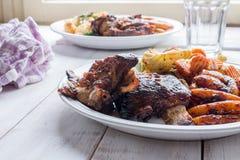 Retarde reforços cozinhados com massa caseiro e os vegetais grelhados Imagem de Stock Royalty Free