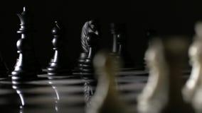 Retarde seguindo o tiro atrás das partes de xadrez na placa de xadrez de mármore video estoque