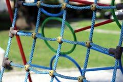 Rete blu su un campo da giuoco del ` s dei bambini Immagine Stock