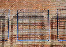 Rete blu sul muro di mattoni con il fondo dell'ombra Fotografie Stock