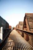 rete Calore-deforme del metallo su un vagone di legno del treno merci fotografia stock