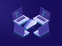 Rete con quattro computer portatili, collegamento a Internet, archiviazione di dati della nuvola, stanza del server, file di back illustrazione di stock