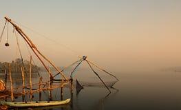 Rete da pesca cinese agli stagni di Kochi, India fotografia stock