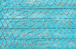 Rete da pesca marittima sopra il fondo di legno della piattaforma del blu di turchese fotografie stock libere da diritti