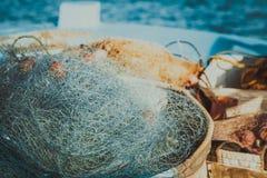 Rete da pesca nel Cipro, rete blu con i galleggianti rossi Immagini Stock Libere da Diritti