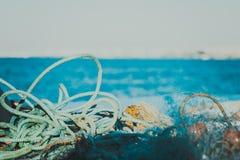 Rete da pesca nel Cipro, rete blu con i galleggianti rossi Strumentazione di pesca Immagine Stock