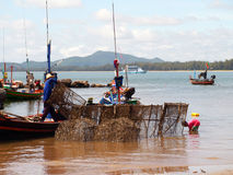 Rete dei carrys del pescatore in sua barca Fotografie Stock
