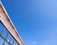 Rete del campo da tennis e cielo (133) Immagine Stock