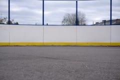 Rete dell'hockey su un inverno blu di estate della pista di pattinaggio fotografia stock libera da diritti