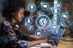 Rete della giovane donna sul concetto sociale di media con le icone olografiche sporgenti dallo schermo immagine stock