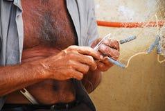 Rete della riparazione del pescatore immagini stock
