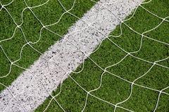 Rete di calcio con il fondo dell'erba verde immagini stock