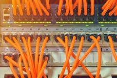 Rete di computer di tecnologia dell'informazione, cavi di Ethernet di telecomunicazione collegati al commutatore di Internet Immagine Stock Libera da Diritti