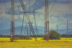 Rete di distribuzione ad alta tensione di energia elettrica Fotografia Stock Libera da Diritti