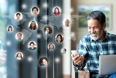 Rete di media, collegamento di rete globale sociale e la gente che collegano dappertutto mappa Usando maturo felice sorridente de fotografie stock libere da diritti