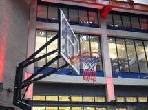 Rete di pallacanestro in centro commerciale urbano Immagini Stock