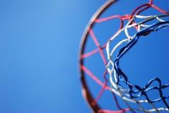 Rete di pallacanestro contro cielo blu Fotografie Stock Libere da Diritti