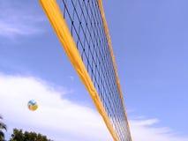 Rete di pallavolo con la sfera Fotografie Stock Libere da Diritti