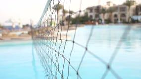 Rete di pallavolo dell'acqua nella piscina, estate archivi video