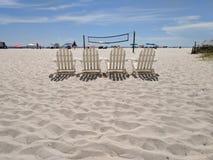 Rete di pallavolo delle sedie di spiaggia fotografie stock libere da diritti