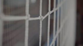 Rete di pallavolo Primo piano grandi nodi dei filamenti spessi video d archivio