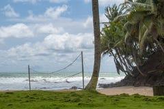 Rete di pallavolo su una spiaggia nel Ghana immagini stock libere da diritti