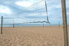 Rete di pallavolo sulla spiaggia fotografie stock libere da diritti