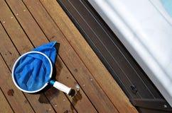 Rete di pulizia dello stagno sul decking di legno immagine stock libera da diritti