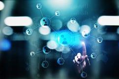 Rete di relazioni della gente sullo schermo virtuale Comunicazione del cliente e concetto sociale di media immagine stock libera da diritti