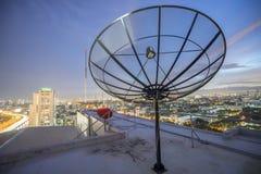 Rete di tecnologia della comunicazione di tramonto del cielo del riflettore parabolico Immagini Stock
