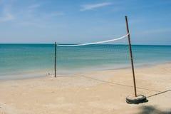 Rete di Valleyball sulla spiaggia con la bella vista del seasacpe e sul cielo blu nei precedenti a Chao Lao Beach, provincia di C immagini stock libere da diritti