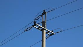 Rete elettrica Ecologia di potere Palo tecnico Costruzione del ferro su un cielo blu Risorse strategiche Esercitazione della scuo fotografia stock libera da diritti
