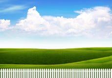Rete fissa bianca contro un cielo luminoso con le nubi Fotografia Stock